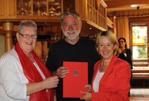 Dank und Anerkennung für 40 Jahre Mitgliedschaft in der SPD. Wolfgang Bauer aus Heimbuchenthal, Gastwirt und Mitglied im Gemeinderat, wurde von Karin Gehle, Vorsitzende des SPD-Ortsvereins, und der Aschaffenburger Landtagsabgeordneten Martina Fehlner fü