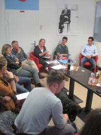 """In der """"AnsprechBar"""" in der Würzburger Semmelstraße tauschten sich die Mitglieder der SPD-Arbeitsgemeinschaft für Bildungsfragen mit ihrer Vorsitzenden Karin Pranghofer, MdL a.D. (3. v. r.) und MdL Kathi Petersen (links) mit Bezirksschülersprechern und in"""