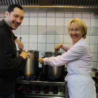 TV-Koch Mirko Reeh und SPD-Landtagsabgeordnete Martina Fehlner beim Zubereiten des Mittagsgerichts in der Küche des Café Oase.