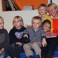 """Martina Fehlner hat anlässlich des 12. bundesweiten Vorlesetages im Aschaffenburger Mehrgenerationenhaus, Mütter- und Familienzentrum MIZ e.V. (Miteinander im Zentrum e.V.) gelesen. Die Kinder hörten gespannt dem vorgetragenen Text aus dem Kinderbuch """"Wil"""