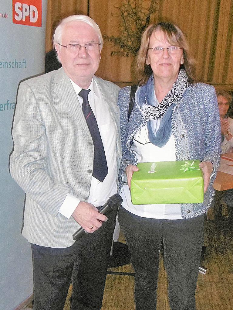 Die Landtagsabgeordnete Kathi Petersen (rechts) war Gast bei der Delegiertenversammlung der SPD-Arbeitsgemeinschaft 60plus Unterfranken. Links der Vorsitzende Peter Dlugosch. Foto: Werner Thein