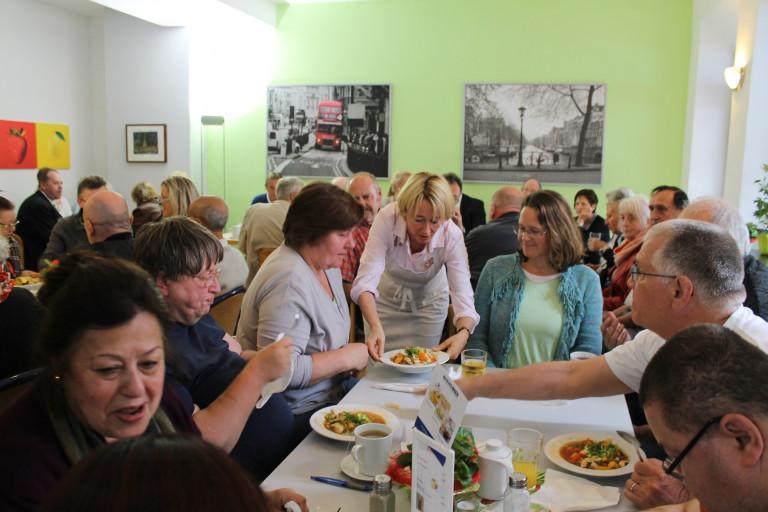 Rund 50 Gäste waren zur Kochaktion ins Café Oase gekommen. Das Café bietet von Montag bis Freitag frisch zubereitete Speisen an. Durch die Preisstaffelung der Angebote spricht der Verein Oase Aschaffenburg e.V. insbesondere Menschen mit geringem Einkommen