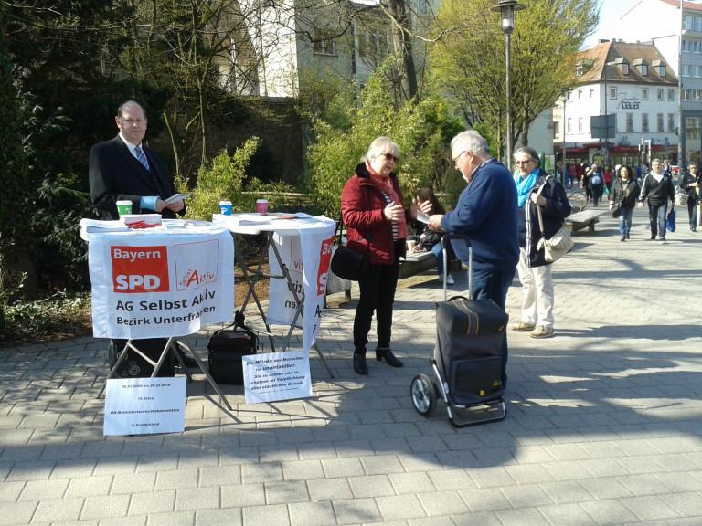 Infostand der AG Selbst-Aktiv in Aschaffenburg zum 10. Jahrestag der Ratifizierung der UN-Behindertenrechtskonvention in Deutschland